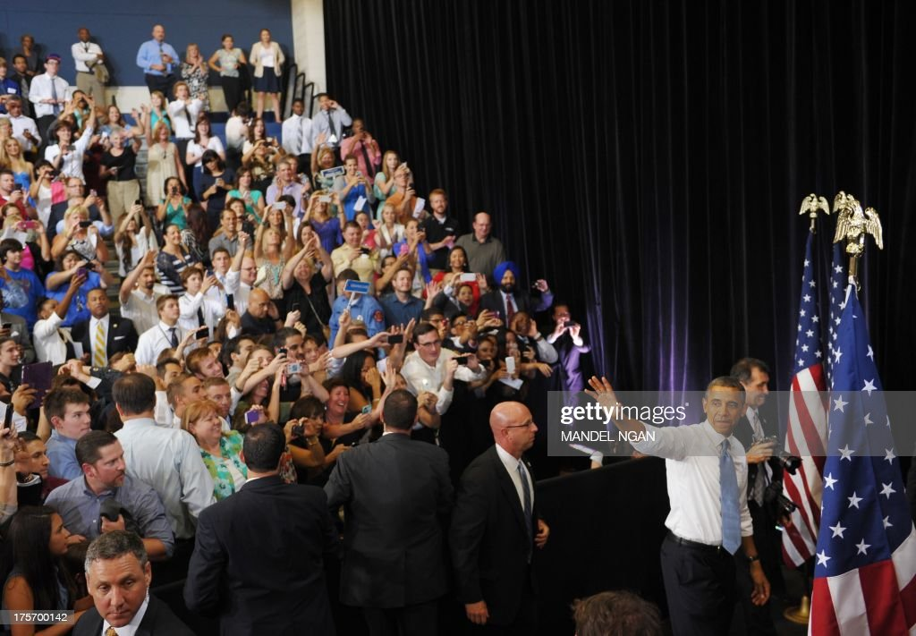 US President Barack Obama waves before departing after speking on home ownership for the middle class at Desert Vista High School on August 6, 2013 in Phoenix, Arizona. AFP PHOTO/Mandel NGAN
