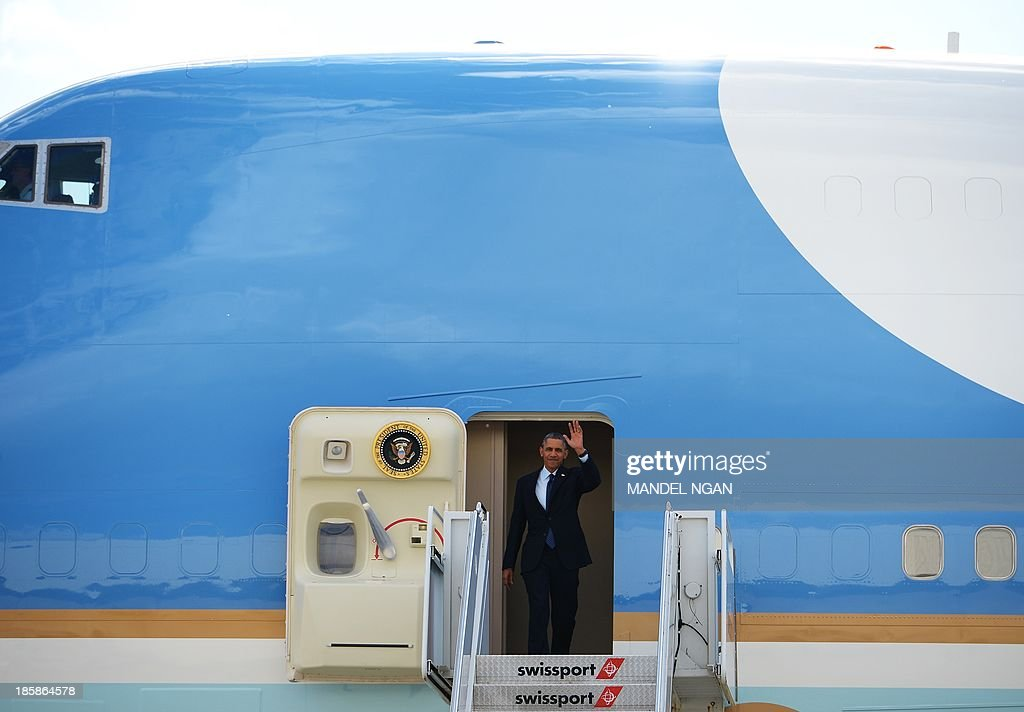 US President Barack Obama waves from Air Force One upon arrival at John F. Kennedy International Airport in New York on October 25, 2013. Obama is in New York to visit a school and attend Democratic fundraisers. AFP PHOTO/Mandel NGAN
