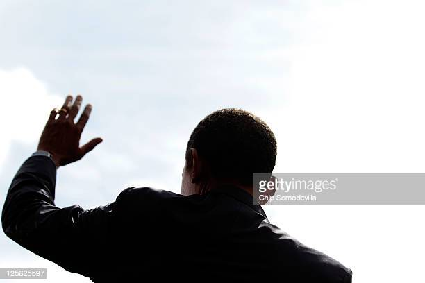 S President Barack Obama waves goodbye after making a statement about his proposed federal deficit reduction plan in the Rose Garden at the White...