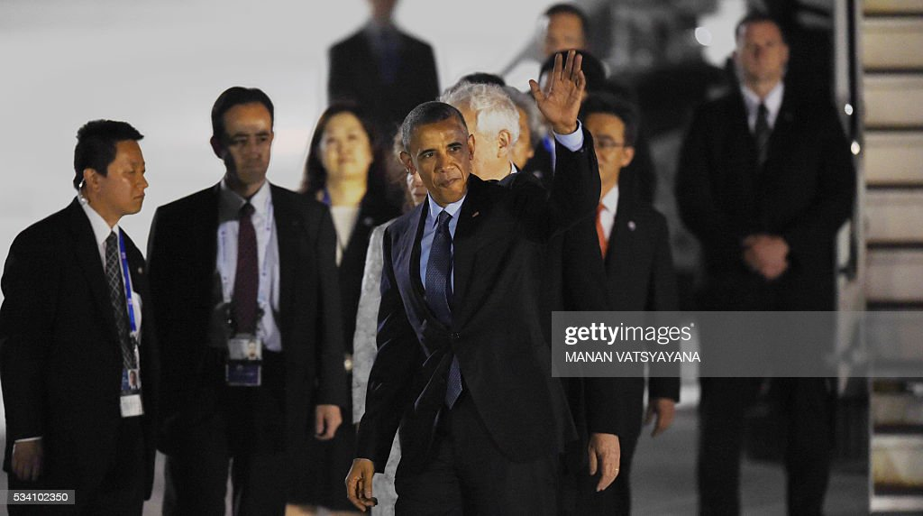 US President Barack Obama waves upon arriving at Chubu Centrair International Airport at Tokoname, Aichi prefecture, outside Nagoya on May 25, 2016 ahead of the 2016 G7 Summit. / AFP / MANAN