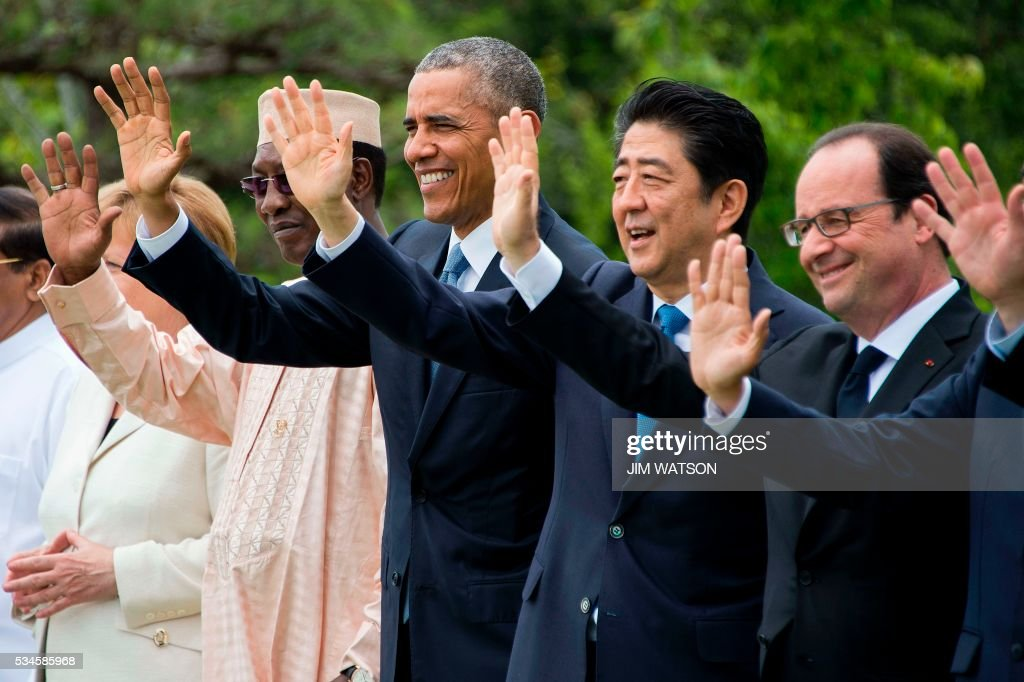 US President Barack Obama (C) waves with Chad President Idriss Deby Itno (L), Japanese Prime Minister Shinzo Abe (2nd R) and French President Francois Hollande (R) for the 'Outreach Session' family photo with world leaders at the G7 Summit in Shima in Mie prefecture on May 27, 2016. A British secession from the European Union in next month's referendum could have disastrous economic consequences, G7 leaders warned on May 27 at the close of the summit in Japan. / AFP / POOL / JIM