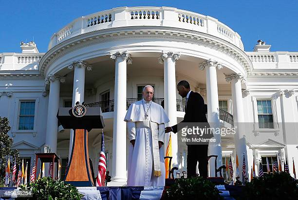 S President Barack Obama welcomes Pope Francis during an arrival ceremony at the White House on September 23 2015 in Washington DC The Pope begins...