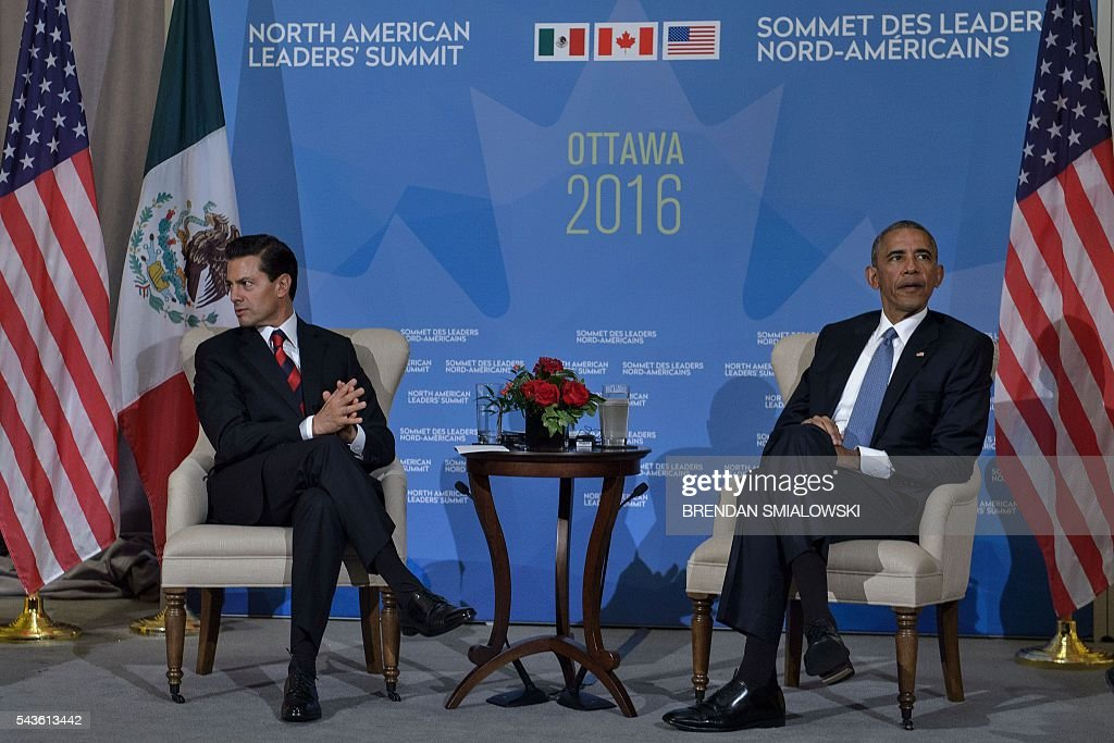 US President Barack Obama(R)and Mexican President Enrique Pena Nieto meet during the North American Leaders Summit at the National Gallery of Canada on June 29, 2016 in Ottawa, Ontario. / AFP / Brendan Smialowski