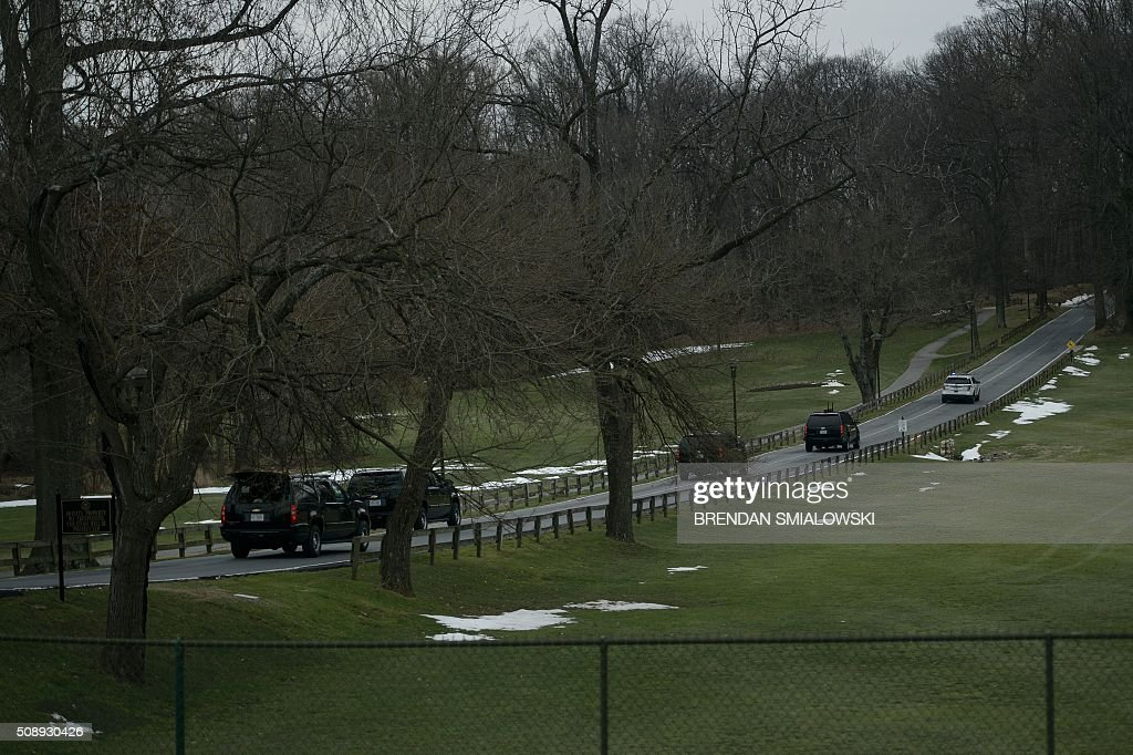 US President Barack Obama's motorcade is seen as it arrives at Woodmont Country Club February 7, 2016 in Rockville, Maryland. / AFP / Brendan Smialowski