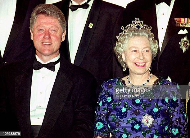US President Bill Clinton and Britain's Queen Elizabeth II smile for the cameras during the group photo session at the Guildhall 04 June 1994 prior...