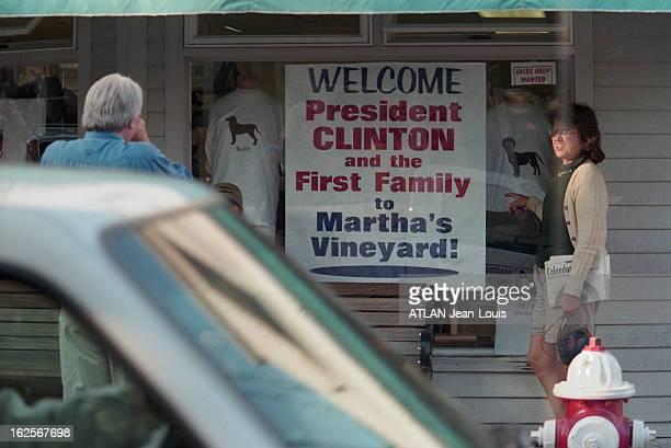President Bill Clinton Stops His Holidays In Martha'S Vineyard Aux EtatsUnis le 2 août 1998 Le président Bill CLINTON interrompt ses vacances à...