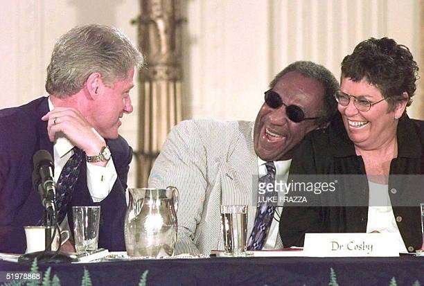 President Bill Clinton talks with actor/producer Bill Cosby and newsperson Linda Ellerbee 29 July at the White House during a conference on...