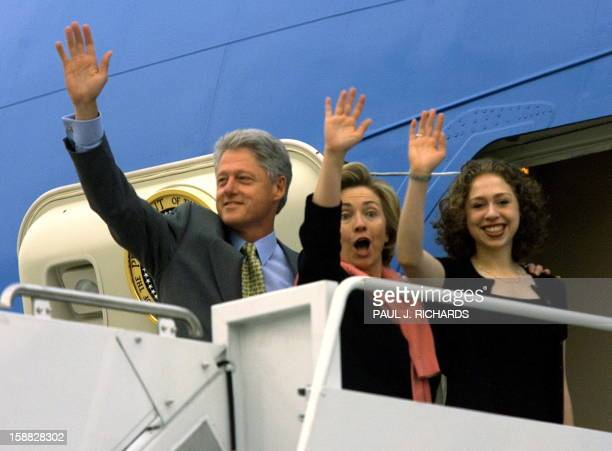 US President Bill Clinton US First Lady Hillary Clinton and their daughter Chelsea wave goodbye atop the steps to Air Force One late 15 June 1999 as...