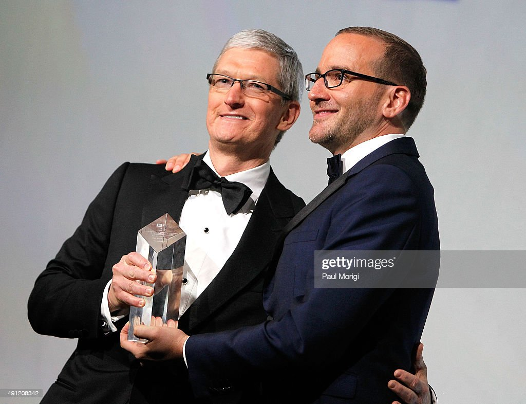 President Chad Griffin (R) presents Apple CEO <a gi-track='captionPersonalityLinkClicked' href=/galleries/search?phrase=Tim+Cook+-+Director+ejecutivo+de+empresa&family=editorial&specificpeople=8084206 ng-click='$event.stopPropagation()'>Tim Cook</a> with the organizationÕs Visibility Award at the 19th Annual HRC National Dinner at the Walter E. Washington Convention Center on October 3, 2015 in Washington, DC.