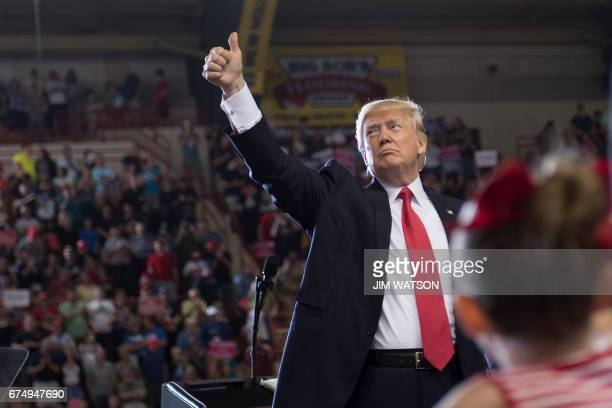 US President Donald Trump addresses a 'Make America Great Again' rally in Harrisburg PA April 29 marking his 100th day in office / AFP PHOTO / JIM...