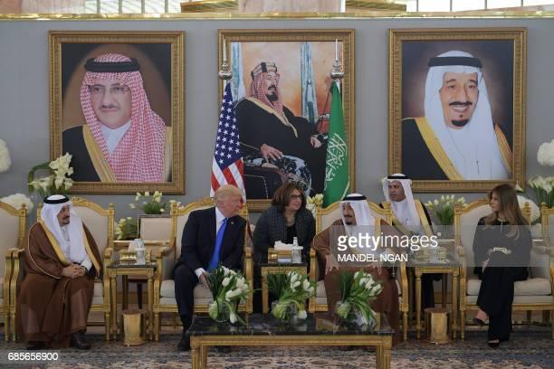 US President Donald Trump and Saudi Arabia's King Salman bin Abdulaziz alSaud stop for coffee in the presence of First Lady Melania Trump in the...