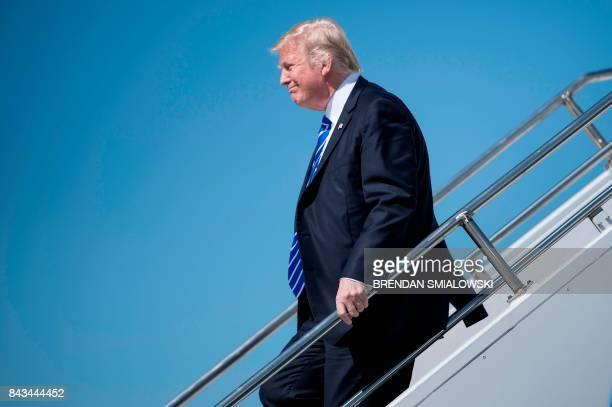 US President Donald Trump arrives at Bismarck Municipal Airport September 6 2017 in Bismarck North Dakota / AFP PHOTO / Brendan Smialowski