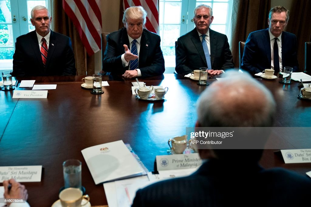 US President Donald Trump (2L) gestures to Prime Minister of Malaysia Najib Razak (2R) before a meeting with US Vice President Mike Pence (L), US Secretary of State Rex Tillerson (C) and others in the Cabinet Room of the White House September 12, 2017 in Washington, DC. / AFP PHOTO / Brendan Smialowski