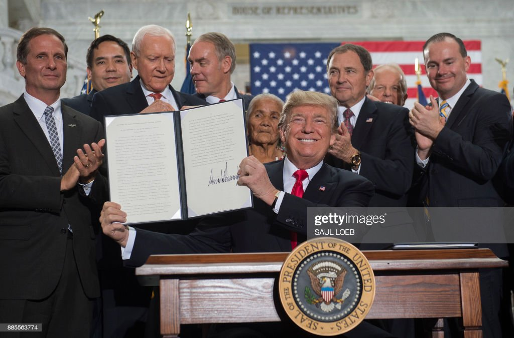 US President Donald Trump signs a Presidential Proclamation shrinking Bears Ears and Grand Staircase-Escalante national monuments at the Utah State Capitol in Salt Lake City, Utah, December 4, 2017. /