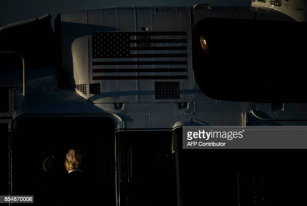 US President Donald Trump walks to Marine One from Air Force One at Andrews Air Force Base September 27 2017 in Maryland / AFP PHOTO / Brendan...