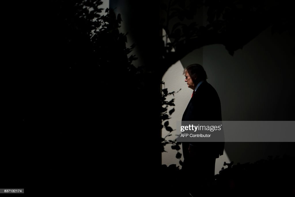 President Donald Trump walks to Marine One on the South Lawn of the White House August 22, 2017 in Washington, DC en route to Yuma, Arizona. / AFP PHOTO / Brendan Smialowski