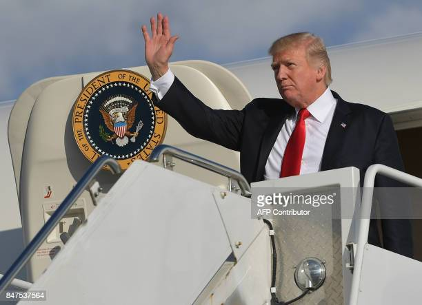 US President Donald Trump waves after getting off Air Force One in Morristown New Jersey on September 15 2017 / AFP PHOTO / MANDEL NGAN