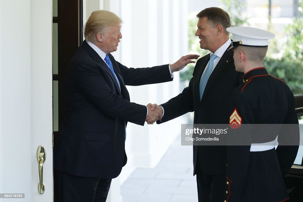 ¿Cuánto mide Donald Trump? - Estatura real y peso - Real height and weight President-donald-trump-welcomes-president-klaus-iohannis-of-romania-picture-id694218764