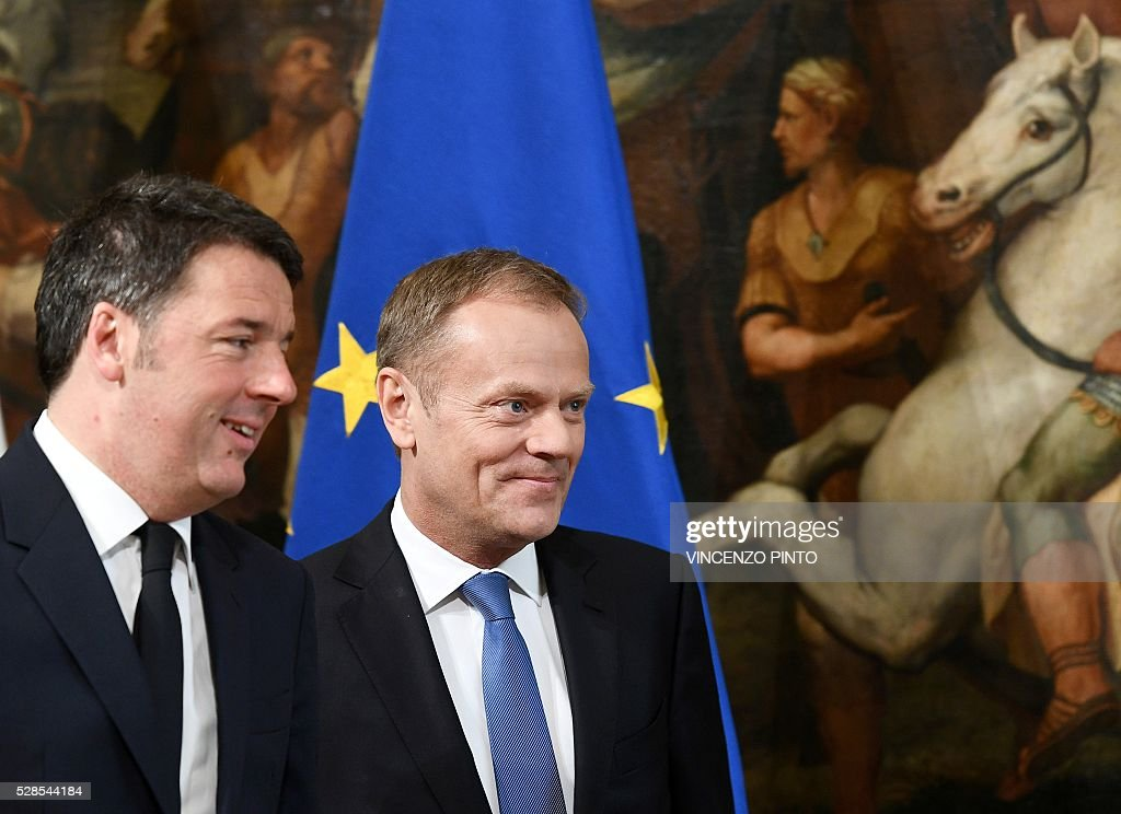 EU President Donald Tusk (R) is welcomed by Italian Prime Minister Matteo Renzi prior to their meeting at Rome's Palazzo Chigi on May 6, 2016. / AFP / VINCENZO