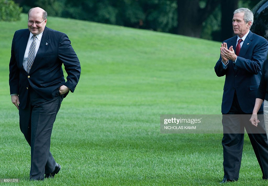 US President George W. Bush (R) applauds outgoing US White House Deputy Chief of Staff Joe Hagin as he makes his way to greet wellwishers who came to bid him farewell as he arrived aboard presidential helicopter Marine One on the South Lawn of the White House in Washington on July 20, 2008. Bush spent the weekend at his ranch in Crawford, Texas. AFP PHOTO/Nicholas KAMM