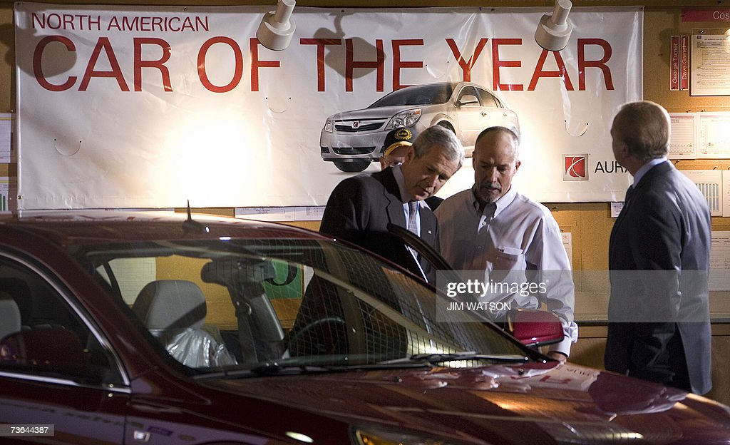 US President George W. Bush (L) looks at a hybrid Saturn as he tours the Fairfax General Motors Assembly Plant in Fairfax, Kansas, 20 March 2007 with plant manager Paul Marr (C). AFP PHOTO/Jim WATSON