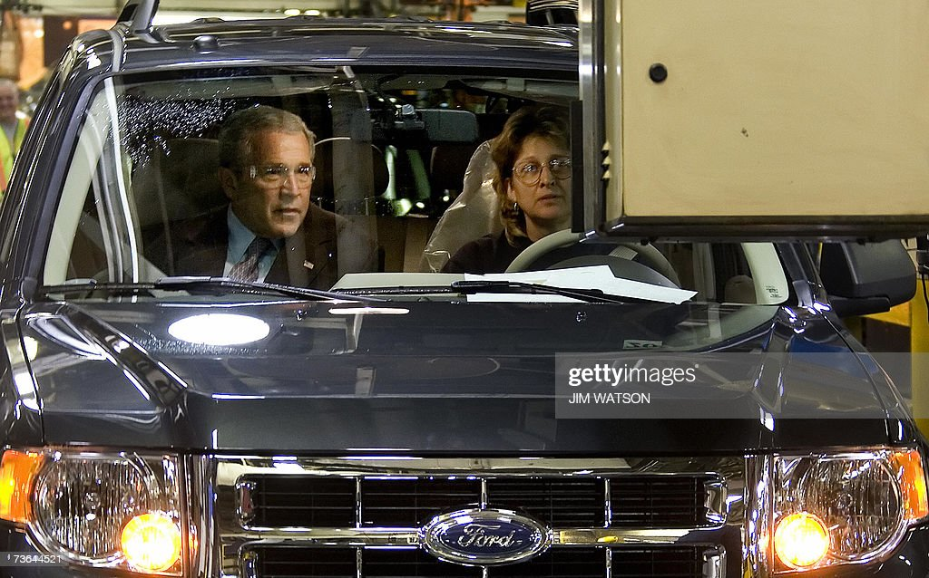US President George W. Bush (L) runs through a final inspection of a Ford Escapr hybrid with Ford employee Barbara Neal at the Kansas City Ford Assembly Plant in Claycomo, Missouri, 20 March 2007. AFP PHOTO/Jim WATSON