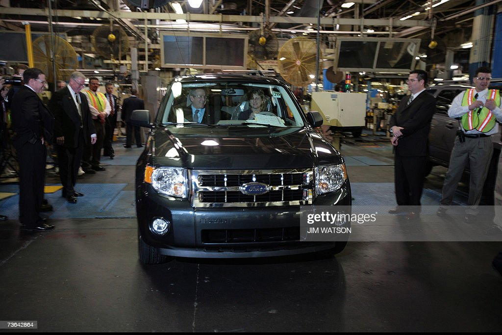 US President George W. Bush (L) runs through a final vehicle inspection with Ford employee Barbara Neal at the Kansas City Ford Assembly Plant in Claycomo, Missouri, 20 March 2007. Bush is touring Ford Motor Co. and General Motors Corp. factories in the Kansas City area to check out the latest hybrid cars and pitch his alternative-energy ideas. AFP PHOTO/Jim WATSON