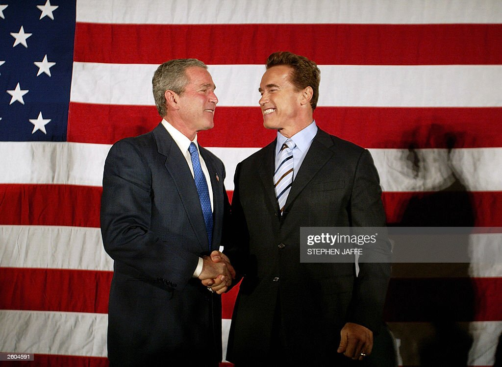 ¿Cuánto mide George Bush Jr.? - Altura - Real height President-george-w-bush-shakes-hands-with-california-governorelect-picture-id2604591