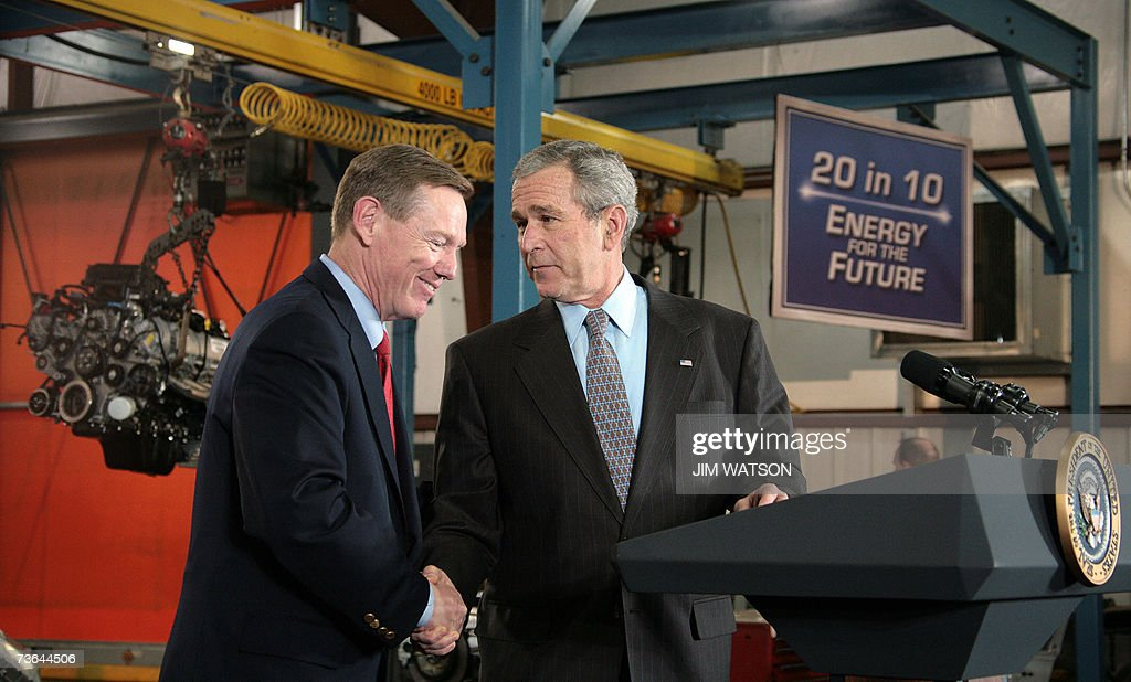 US President George W. Bush (R) shakes hands with Ford Motor Company President and CEO Alan Mulally (L) before making remarks on energy initiatives at the Kansas City Ford Assembly Plant in Claycomo, Missouri, 20 March 2007. AFP PHOTO/Jim WATSON