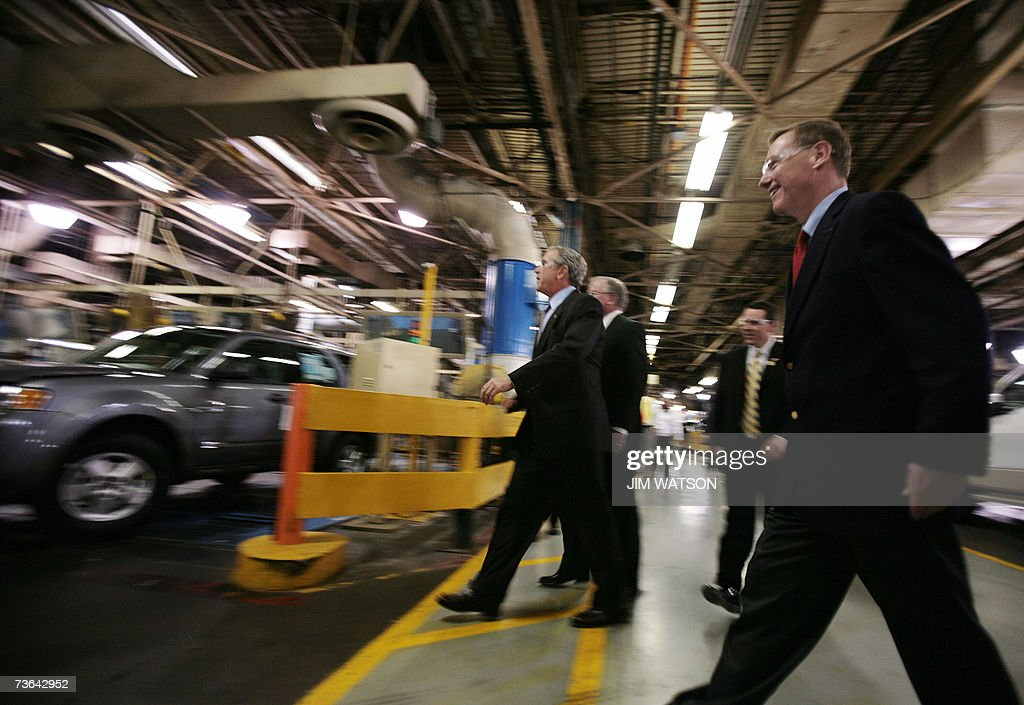 US President George W. Bush (C) tours the Kansas City Ford Assembly Plant with Ford Motor Company Presdient and CEO Alan Mulally (R) in Claycomo, Missouri, 20 March 2007. Bush is touring Ford Motor Co. and General Motors Corp. factories in the Kansas City area to check out the latest hybrid cars and pitch his alternative-energy ideas. AFP PHOTO/Jim WATSON