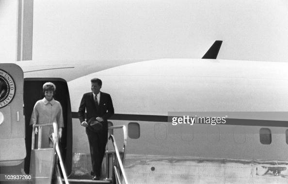 US President John Fitzgerald Kennedy and his wife Jacqueline disembark from the Air Force One jet liner 31 May 1961 at Paris Orly airport prior their...