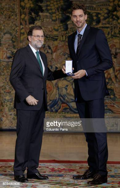 ¿Cuánto mide Pau Gasol? - Estatura y peso - Real height President-mariano-rajoy-and-basketball-player-pau-gasol-attend-the-picture-id823480906?s=612x612