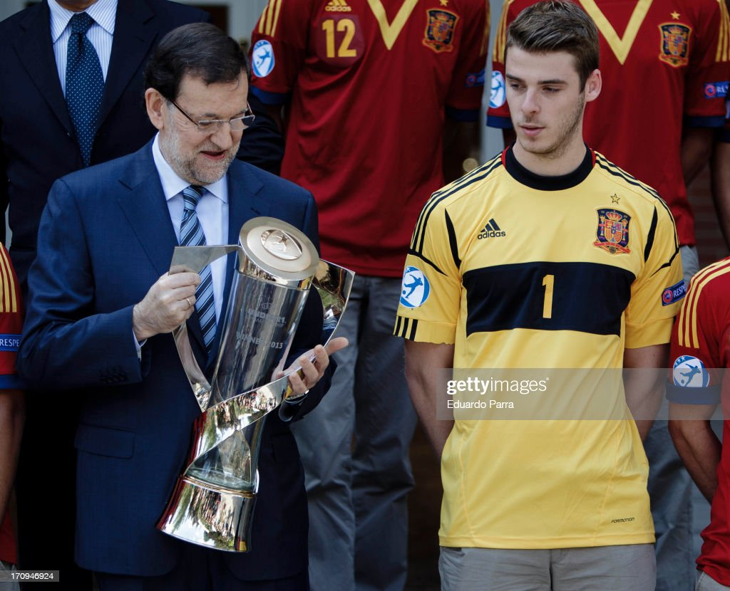 President Mariano Rajoy (L) and soccer player <a gi-track='captionPersonalityLinkClicked' href=/galleries/search?phrase=David+de+Gea&family=editorial&specificpeople=3000749 ng-click='$event.stopPropagation()'>David de Gea</a> attend winners of U21 cup reception at Moncloa Palace on June 20, 2013 in Madrid, Spain.