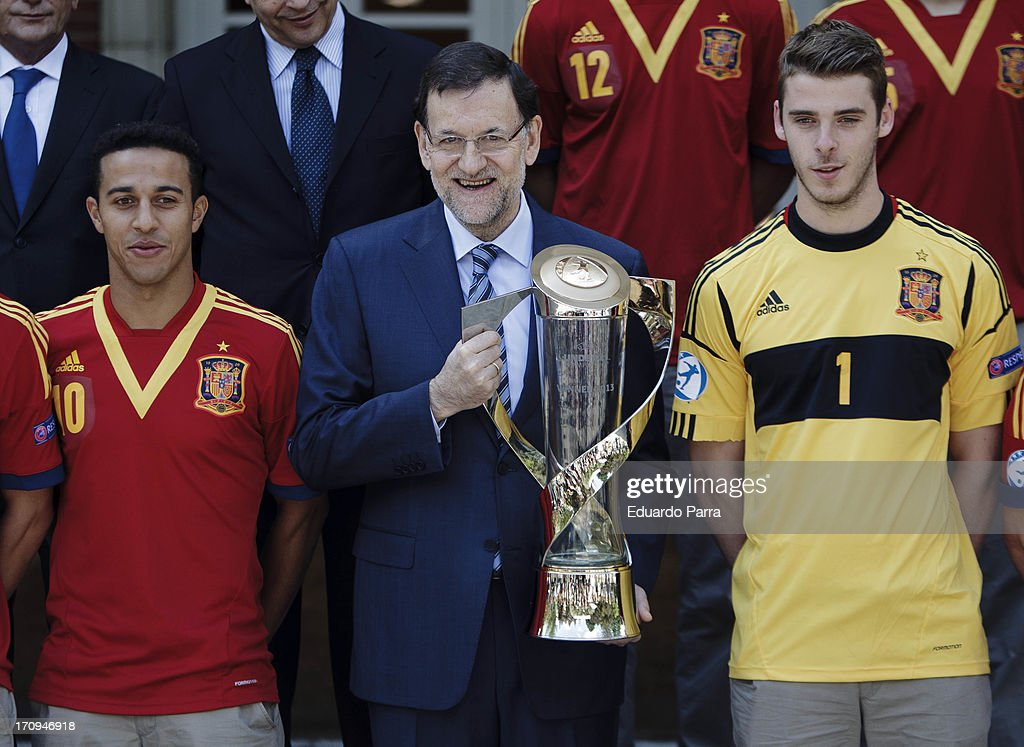 President Mariano Rajoy (C) and soccer player Thiago Alcantara (L) and <a gi-track='captionPersonalityLinkClicked' href=/galleries/search?phrase=David+de+Gea&family=editorial&specificpeople=3000749 ng-click='$event.stopPropagation()'>David de Gea</a> attend winners of U21 cup reception at Moncloa Palace on June 20, 2013 in Madrid, Spain.