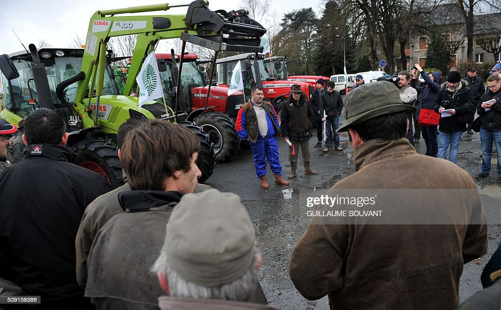 President of FDSEA a french farmer union, Herve Coupeau give instructions as farmers start to block the prefecture of Indre, on February 9, 2016, in Chateauroux, central France, during a protest against the falling prices of agricultural products. / AFP / GUILLAUME SOUVANT