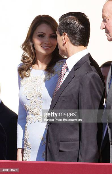 President of Mexico Enrique Pena Nieto and his wife Angelica Rivera are received by King Juan Carlos of Spain and Queen Sofia of Spain at El Pardo...