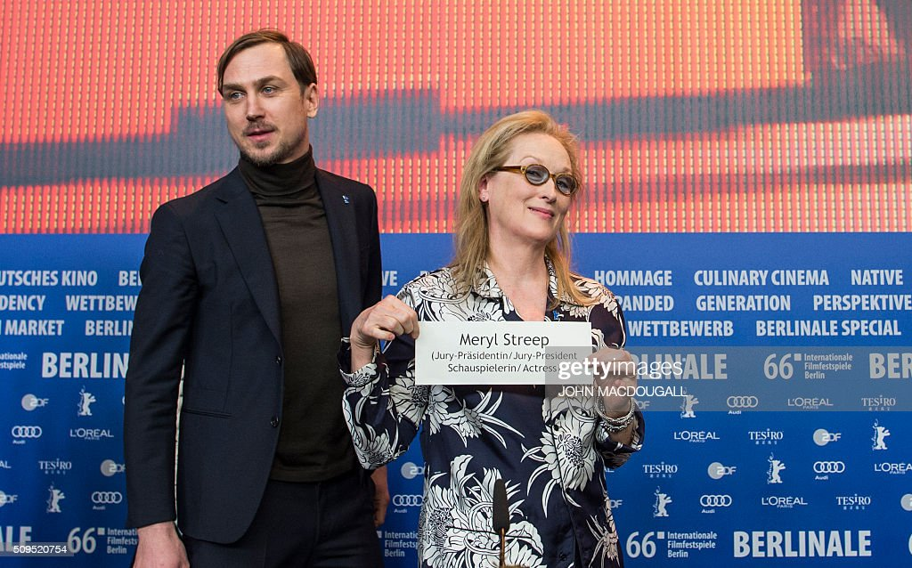 President of the Berlinale Film Festival jury US actress Meryl Streep (R) holds up her name plate as German actor and jury member Lars Eidinger looks on at the end of a press conference in Berlin on February 11, 2016. The 66th Berlin film festival starts on February 11, 2016 with a spotlight on Europe's refugee crisis. / AFP / John MACDOUGALL