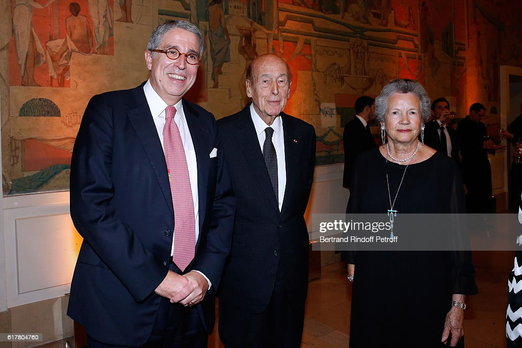 President of the 'French-American Foundation France' and CEO of Vivendi, Arnaud de Puyfontaine, Valery Giscard d'Estaing and his wife Anne-Aymone Giscard d'Estaing attend the French-American Foundation : Dinner Gala at Palais de Chaillot on October 24, 2016 in Paris, France.
