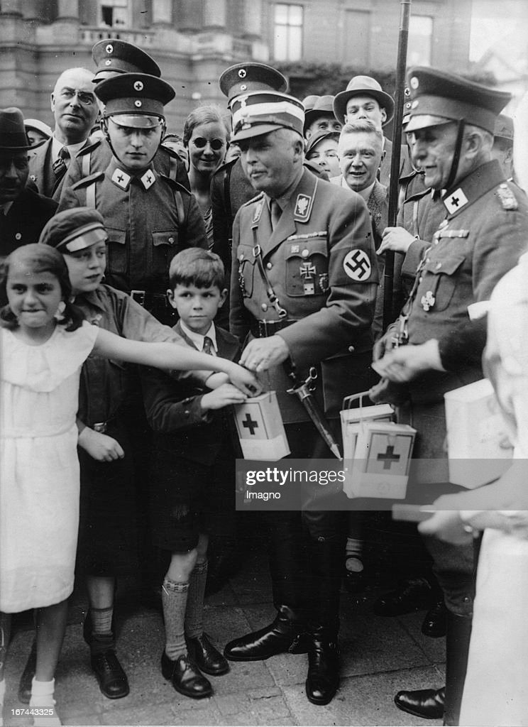 President of the German Red Cross SA-Group Leader Duke of Coburg while collecting. Berlin. About 1933. Photograph. (Photo by Imagno/Getty Images) Der Präsident des Deutschen Roten Kreuzes - SA-Gruppenführer Herzog von Coburg beim Sammeln. Berlin. Um 1933. Photographie.