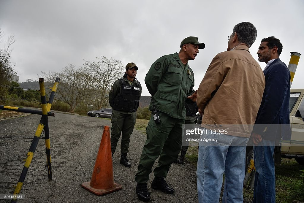 President on National Assembly Henry Ramos Allup (C) talks with a military officer asking permission to visit jailed opposition Leader Leopoldo Lopez on his 45th Birthday in Los Teques, Venezuela on April 29, 2016.