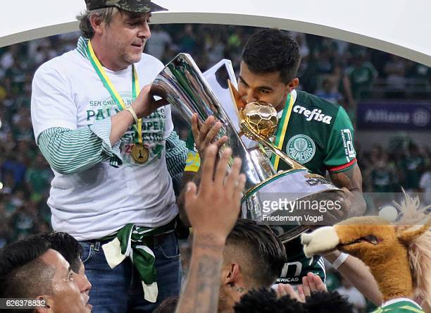 President Paulo Nobre and Dudu of Palmeiras celebrates with the trophy after winning the match between Palmeiras and Chapecoense for the Brazilian...