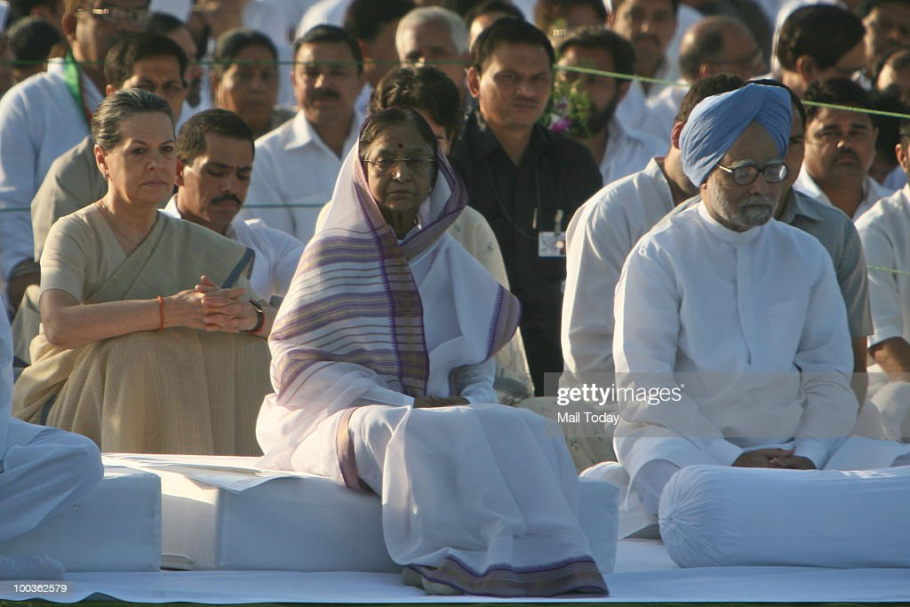 President Pratibha Patil, Prime Minister Manmohan Singh and UPA Chairperson Sonia Gandhi at the 19th death anniversary of former Prime Minister Rajiv Gandhi at Veer Bhoomi in New Delhi on May 19, 2010.
