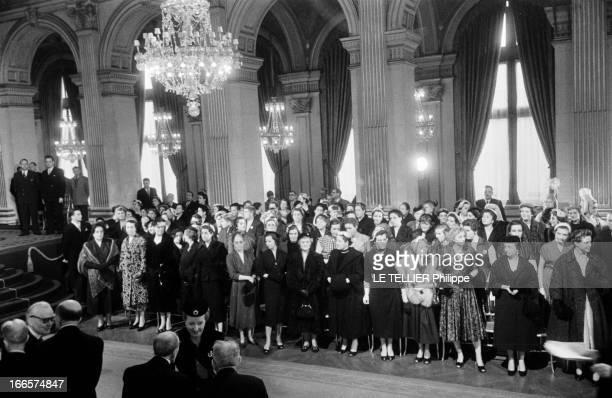 President Rene Coty At The City Hall For The Transfer Of Powers Paris Hôtel de Ville 16 janvier 1954 Dans le grand salon lors de la passation des...