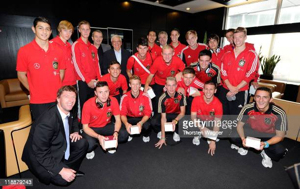 President Theo Zwanziger and general secretary Wolfgang Niersbach welcome head coach Steffen Freund and the U17 national team after winning the 3rd...