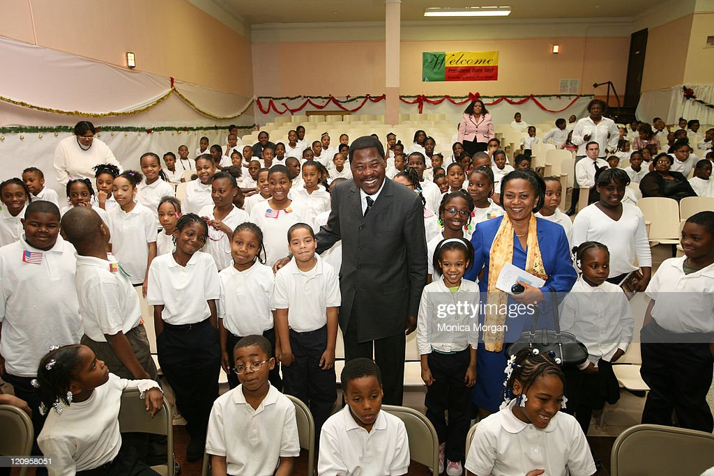 President <a gi-track='captionPersonalityLinkClicked' href=/galleries/search?phrase=Yayi+Boni&family=editorial&specificpeople=3974519 ng-click='$event.stopPropagation()'>Yayi Boni</a> of Benin (C) and his wife Chantele with children from Carter Elementary School