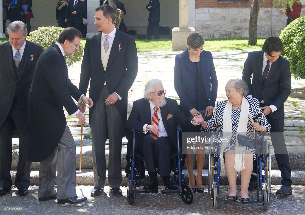 Presidente Mariano Rajoy (1L) Queen Letizia of Spain (3R), King Felipe VI of Spain (2L) and writer Fernando del Paso pose for photographers at the University of Alcala de Henares for the Cervantes Prize award ceremony on April 23, 2016 in Alcala de Henares, Spain.