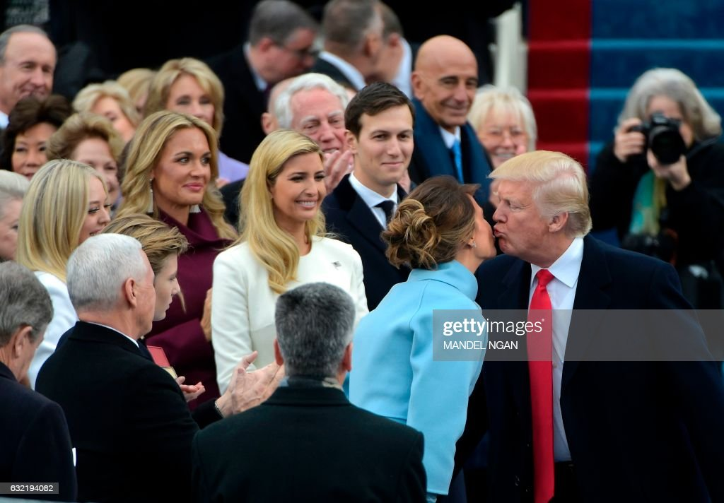 TOPSHOT - President-elect Donald Trump kisses his wife Mlania as he arrives at the US Capitol in Washington, DC, on January 20, 2017, for his swearing-in ceremony. / AFP PHOTO / Mandel NGAN