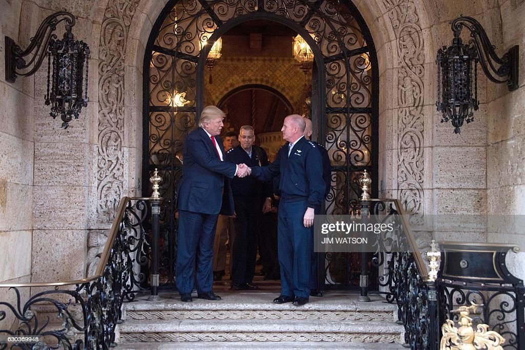 US President-elect Donald Trump (L) shakes hands with military leadership following meetings at Mar-a-Lago in Palm Beach, Florida, on December 21, 2016. / AFP / JIM