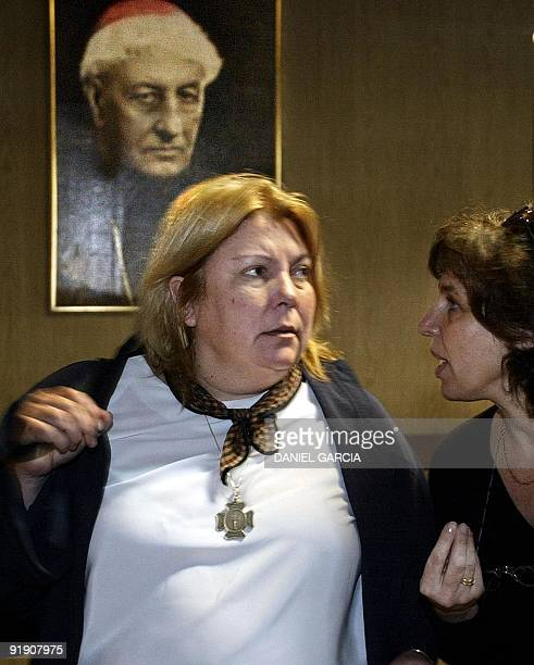 Presidential candidate Elisa Carrió is seen talking with a supporter in Buenos Aires Argentina 22 April 2003 La candidata presidencial por el partido...