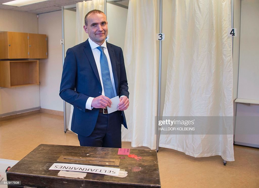 Presidential candidate Gudni Johannesson casts his ballot at a polling station in Reykjavik, on June 25, 2016. Iceland began voting in a presidential election, two months after the Panama Papers scandal tainted part of the political elite, with newcomer Gudni Johannesson seen clinching an easy victory. / AFP / HALLDOR